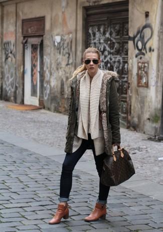 Wie kombinieren: olivgrüner Parka, hellbeige Strick Strickjacke mit einer offenen Front, dunkelblaue enge Jeans, rotbraune Leder Stiefeletten