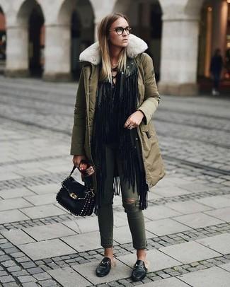 Wie kombinieren: olivgrüner Parka, schwarze Fransen Strickjacke mit einer offenen Front, schwarzes Langarmshirt, olivgrüne enge Jeans mit Destroyed-Effekten
