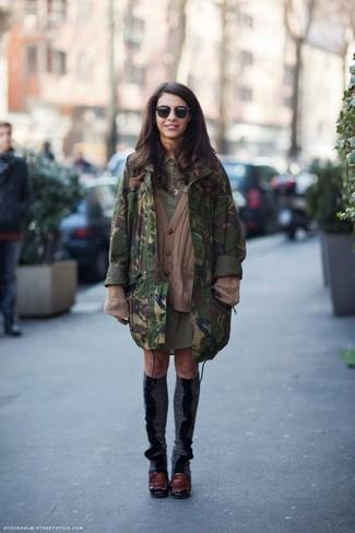 Wie kombinieren: dunkelgrüner Camouflage Parka, braune Strick Strickjacke, olivgrünes Shirtkleid, dunkelrote Leder Pumps