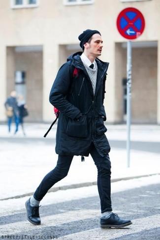 Wie kombinieren: dunkelblauer Parka, grauer Strickpullover, weißes Businesshemd, dunkelblaue enge Jeans