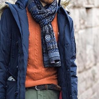 Wie kombinieren: dunkelblauer Parka, orange Strickpullover, olivgrüne Chinohose, dunkelblaue bedruckte Krawatte