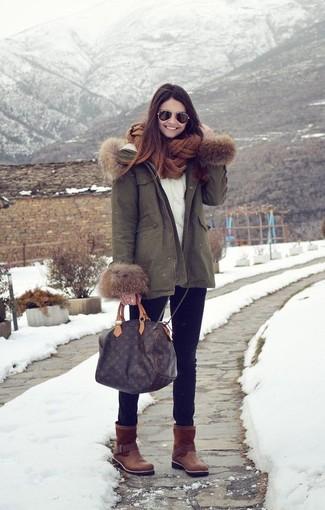 Entscheiden Sie sich für einen olivgrünen Parka und schwarzen enge Jeans für ein bequemes Outfit, das außerdem gut zusammen passt. Dunkelbraune Ugg Stiefel leihen Originalität zu einem klassischen Look.