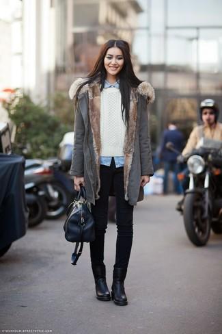 Wie kombinieren: grauer Parka, weißer Strickpullover, hellblaues Jeanshemd, schwarze enge Jeans