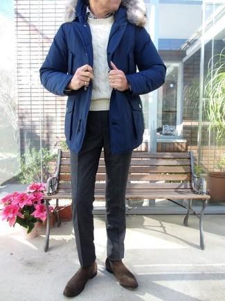 Wie kombinieren: blauer Parka, weißer Strickpullover, weißes und schwarzes Langarmhemd mit Vichy-Muster, schwarze Wollanzughose