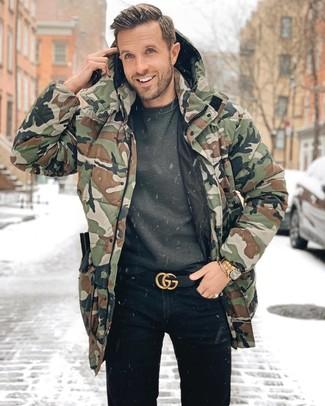 Wie kombinieren: olivgrüner Camouflage Parka, dunkelgraues Sweatshirt, schwarze Jeans, schwarzer Ledergürtel