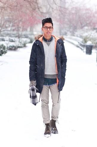 Graue Wollhandschuhe kombinieren: trends 2020: Für ein bequemes Couch-Outfit, entscheiden Sie sich für einen dunkelblauen Parka und grauen Wollhandschuhe. Heben Sie dieses Ensemble mit olivgrünen Winterschuhen hervor.