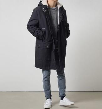 Weiße Leder niedrige Sneakers kombinieren für Herbst: trends 2020: Paaren Sie einen schwarzen Parka mit blauen Jeans für einen entspannten Wochenend-Look. Weiße Leder niedrige Sneakers sind eine ideale Wahl, um dieses Outfit zu vervollständigen. Das ist eindeutig ein perfekt passender Look für Übergangsabende!