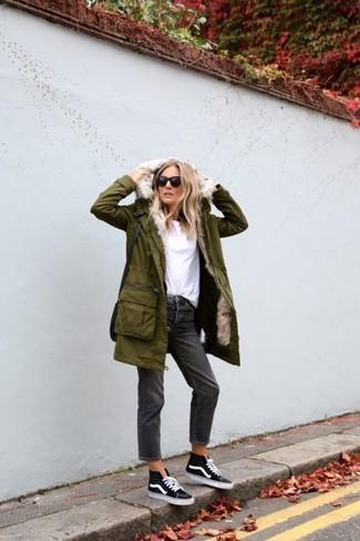 Dunkelgraue Boyfriend Jeans kombinieren – 13 Damen Outfits: Wahlen Sie einen olivgrünen Parka und dunkelgrauen Boyfriend Jeans, umein zeitgenössisches Freizeit-Outfit zu schaffen, der im Kleiderschrank der Frau nicht fehlen darf. Schwarze und weiße hohe Sneakers fügen sich nahtlos in einer Vielzahl von Outfits ein.