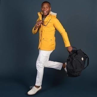20 Jährige: Weiße Cargohose kombinieren – 9 Herren Outfits: Für ein bequemes Couch-Outfit, entscheiden Sie sich für einen senf Parka und eine weiße Cargohose. Fühlen Sie sich mutig? Wählen Sie weißen Segeltuch Derby Schuhe.
