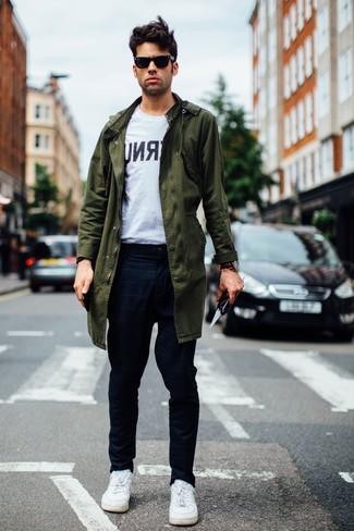 Wie kombinieren: olivgrüner Parka, weißes und schwarzes bedrucktes T-Shirt mit einem Rundhalsausschnitt, dunkelblaue Chinohose mit Karomuster, weiße Leder niedrige Sneakers