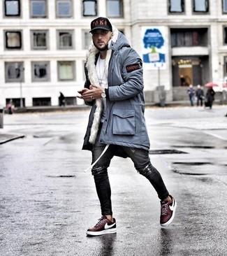 Wie kombinieren: hellblauer Parka, weißes T-Shirt mit einem Rundhalsausschnitt, dunkelgraue enge Jeans mit Destroyed-Effekten, dunkelrote niedrige Sneakers