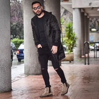 Wie kombinieren: schwarzer Parka, schwarzes T-Shirt mit einem Rundhalsausschnitt, schwarze enge Jeans mit Destroyed-Effekten, braune Chelsea-Stiefel aus Leder
