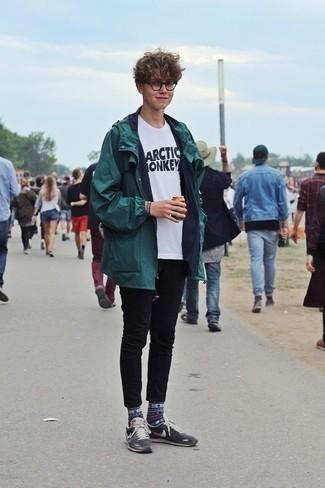 Schwarze enge Jeans kombinieren: trends 2020: Kombinieren Sie einen dunkelgrünen Parka mit schwarzen engen Jeans für einen entspannten Wochenend-Look. Setzen Sie bei den Schuhen auf die klassische Variante mit dunkelblauen Wildleder niedrigen Sneakers.