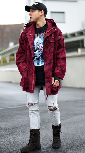 Wie kombinieren: dunkelroter Parka, schwarzes bedrucktes T-Shirt mit einem Rundhalsausschnitt, hellblaue Jeans mit Destroyed-Effekten, schwarze hohe Sneakers aus Wildleder