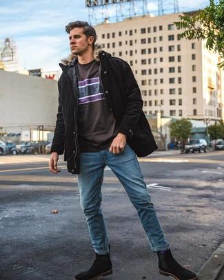 Wie kombinieren: schwarzer Parka, dunkelbraunes bedrucktes T-Shirt mit einem Rundhalsausschnitt, blaue Jeans, schwarze Chelsea-Stiefel aus Wildleder