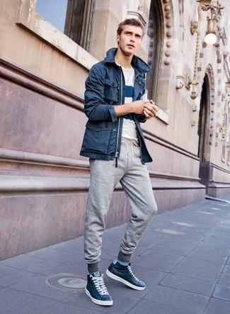 Wie kombinieren: dunkelblauer Parka, weißes und dunkelblaues horizontal gestreiftes T-Shirt mit einem Rundhalsausschnitt, graue Jogginghose, dunkelblaue hohe Sneakers aus Leder