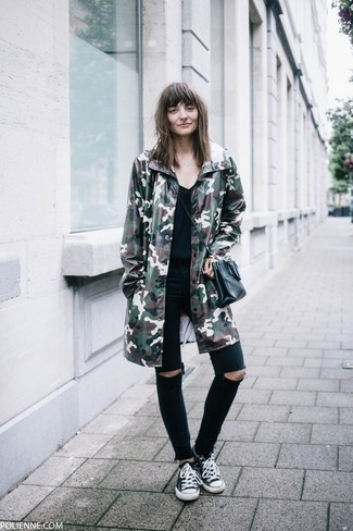 Wie kombinieren: dunkelgrüner Camouflage Parka, schwarzes T-Shirt mit einem V-Ausschnitt, schwarze enge Jeans mit Destroyed-Effekten, schwarze und weiße Segeltuch niedrige Sneakers