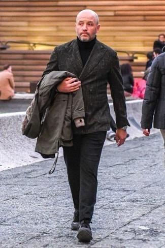 Schwarzen Rollkragenpullover kombinieren – 1045+ Herren Outfits: Paaren Sie einen schwarzen Rollkragenpullover mit einer dunkelgrauen Chinohose für ein sonntägliches Mittagessen mit Freunden. Dunkelgraue Sportschuhe liefern einen wunderschönen Kontrast zu dem Rest des Looks.