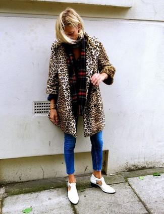 Wie kombinieren: beige Pelz mit Leopardenmuster, blaue enge Jeans, weiße Leder Stiefeletten mit Ausschnitten, roter Schal mit Schottenmuster