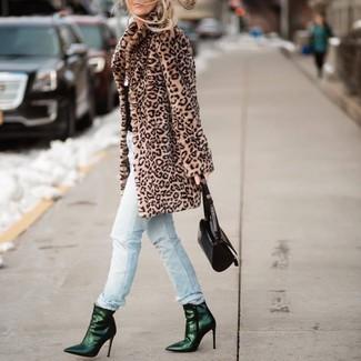 Wie kombinieren: beige Pelz mit Leopardenmuster, hellblaue Jeans mit Destroyed-Effekten, dunkelgrüne Leder Stiefeletten, schwarze Lederhandtasche