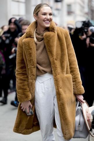 Wie kombinieren: beige Pelz, brauner Strick Oversize Pullover, weiße Karottenhose, graue Shopper Tasche aus Leder