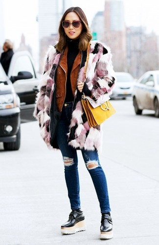 Wie kombinieren: rosa Pelz, rotbraune Wildleder Bikerjacke, schwarzer Rollkragenpullover, dunkelblaue enge Jeans mit Destroyed-Effekten