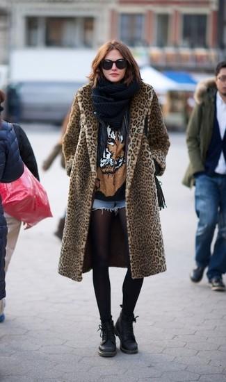 Wie kombinieren: beige Pelz mit Leopardenmuster, schwarze Leder Bikerjacke, schwarzes bedrucktes T-Shirt mit einem Rundhalsausschnitt, hellblaue Jeansshorts