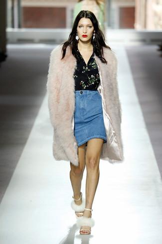 Wie kombinieren: hellbeige Pelz, schwarze Bluse mit Knöpfen mit Blumenmuster, hellblauer Jeans Bleistiftrock, weiße Pelz Sandaletten