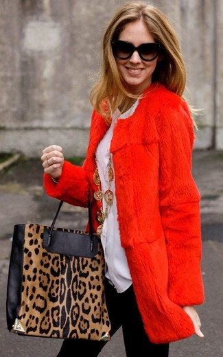 Wie kombinieren: roter Pelz, weiße Bluse mit Knöpfen, schwarze Leggings, schwarze und gelbbraune Shopper Tasche aus Leder mit Leopardenmuster