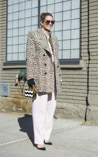 Wie kombinieren: hellbeige Pelz mit Leopardenmuster, olivgrüne Bomberjacke, rosa Rollkragenpullover, weiße weite Hose