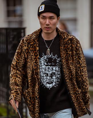 Wie kombinieren: brauner Pelz mit Leopardenmuster, schwarzer und weißer bedruckter Pullover mit einem Rundhalsausschnitt, hellblaue Jeans, schwarze Mütze