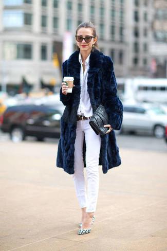 Wie kombinieren: dunkelblauer Pelz, weißes Businesshemd, weiße enge Jeans, weiße Leder Pumps mit Leopardenmuster