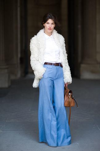Dunkelbraunen Ledergürtel kombinieren – 54 Elegante Damen Outfits: Vereinigen Sie einen weißen Pelz mit einem dunkelbraunen Ledergürtel für einen schlanken Casual-Look.