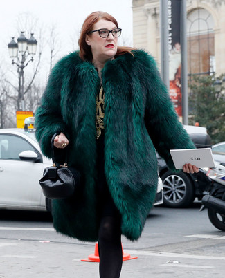 Wie kombinieren: dunkelgrüner Pelz, schwarzes und goldenes besticktes gerade geschnittenes Kleid, schwarze Lederhandtasche, schwarze Wollstrumpfhose