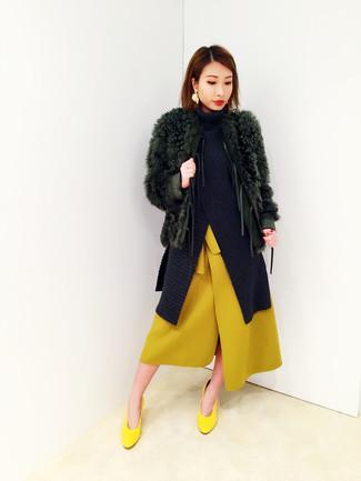 Welche Midiröcke mit gelber Pumps zu tragen: trends 2020: Erwägen Sie das Tragen von einem dunkelgrünen Pelz und einem Midirock, um eine entspannte und gleichzeitig klassische Atmosphäre zu erschaffen. Dieses Outfit passt hervorragend zusammen mit gelben Pumps.