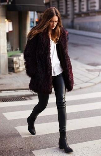 Wie kombinieren: dunkelroter Pelz, weißes T-Shirt mit einem Rundhalsausschnitt, schwarze Lederleggings, schwarze Leder Stiefeletten
