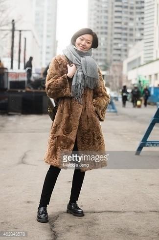 Grauen Schal kombinieren – 25 Elegante Damen Outfits: Ein brauner Pelz und ein grauer Schal sind wunderbar geeignet, um einen entspannten Look zu kreieren. Fühlen Sie sich mutig? Vervollständigen Sie Ihr Outfit mit schwarzen Leder Slippern mit Quasten.