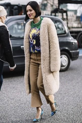 6a0fe9e90243 Wie kombinieren  hellbeige Pelz, grüner bedruckter Pullover mit einem  Rundhalsausschnitt, beige Schlaghose,