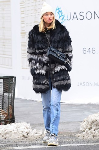 Wie kombinieren: schwarzer Pelz, hellblaue Jeans, graue Sportschuhe, schwarze gesteppte Satchel-Tasche aus Leder