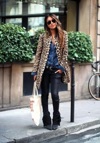 Wie kombinieren: beige Pelz mit Leopardenmuster, blaues Jeanshemd, schwarze Leder enge Jeans, schwarze Fransen Wildleder Stiefeletten