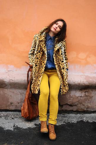 Wie kombinieren: beige Pelz mit Leopardenmuster, blaues Jeanshemd, gelbe enge Jeans, rotbraune flache Stiefel mit einer Schnürung aus Leder