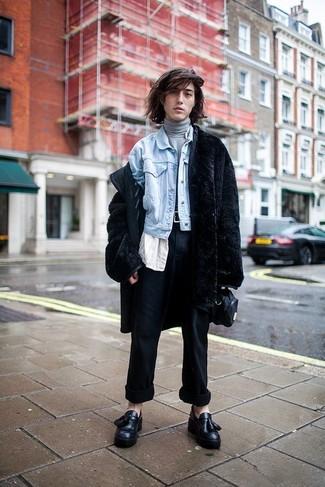 Grauen Rollkragenpullover kombinieren für Winter: trends 2020: Kombinieren Sie einen grauen Rollkragenpullover mit einer dunkelblauen Anzughose, um vor Klasse und Perfektion zu strotzen. Schwarze Leder Slipper mit Quasten sind eine gute Wahl, um dieses Outfit zu vervollständigen. Dieses Outfit eignet sich super für den Winter.