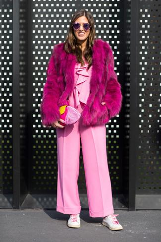 Wie kombinieren: fuchsia Pelz, rosa Jumpsuit, weiße Leder niedrige Sneakers, rosa Leder Clutch