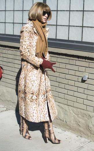 Wie kombinieren: beige Pelz mit Leopardenmuster, beige kniehohe Stiefel aus Leder mit Schlangenmuster, dunkelrote Wollhandschuhe, beige Schal