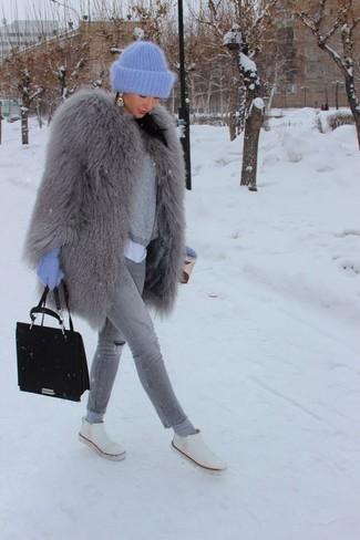 Für ein bequemes Couch-Outfit, erwägen Sie das Tragen von einem weißen t-shirt mit einem rundhalsausschnitt und grauen engen jeans mit destroyed-effekten. Komplettieren Sie Ihr Outfit mit weißen chelsea-stiefeln aus leder.