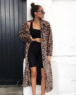 Schwarzes kurzes Oberteil kombinieren: trends 2020: Wenn Sie ein lockeres Outfit schaffen müssen, bleiben ein schwarzes kurzes Oberteil und eine schwarze Radlerhose ein Klassiker.