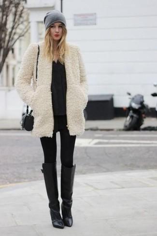 Wie kombinieren: hellbeige Pelz, schwarze Langarmbluse, schwarze Lederleggings, schwarze Leggings