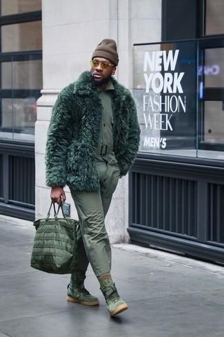Wie kombinieren: dunkelgrüner Pelz, olivgrünes Langarmhemd, olivgrüne Chinohose, olivgrüne hohe Sneakers aus Wildleder