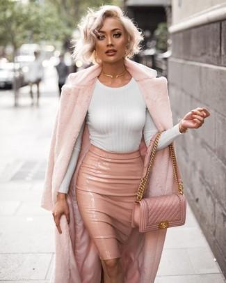 Wie kombinieren: rosa Pelz, weißes Langarmshirt, rosa Leder Bleistiftrock, rosa gesteppte Leder Umhängetasche
