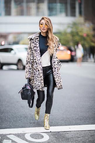 Wie kombinieren: hellbeige Pelz mit Leopardenmuster, weißes und schwarzes Langarmshirt, schwarze Leder enge Jeans, goldene Leder Stiefeletten